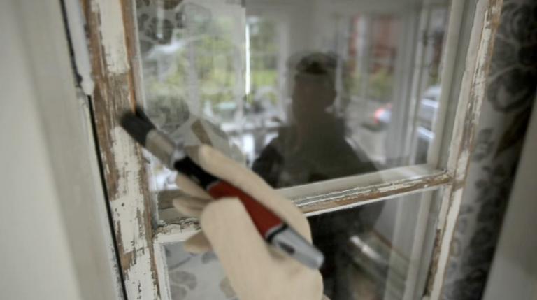 grundar med grundolja innan målning av fönster
