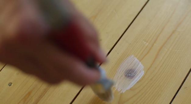Måla kvistlack innan du målar på trägolv