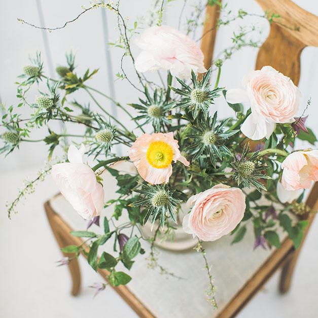 Blommor på en stol