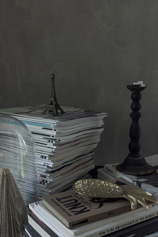 Kalkfärgsmålad vägg i grått