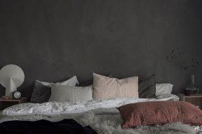 Kalkfärg vägg bakom säng