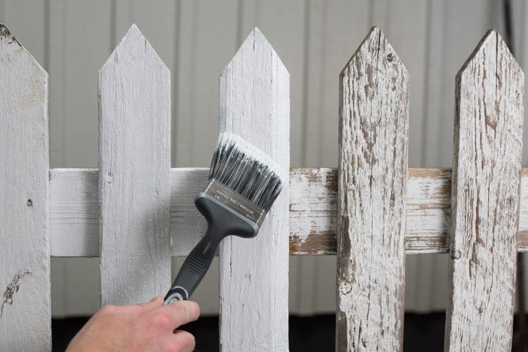 Måla staket med pensel
