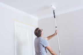 målar tak med roller