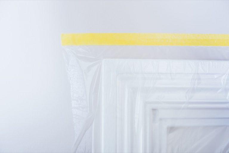 maskera dörrar med täckplast
