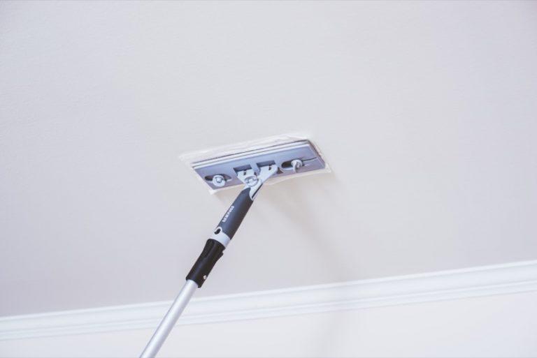 Torka av och tvätta taket innan målning