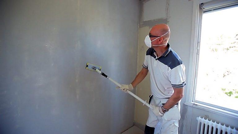 bredspackla tapetserad vägg