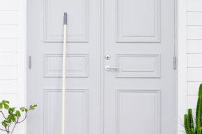 Målad dörr i grått