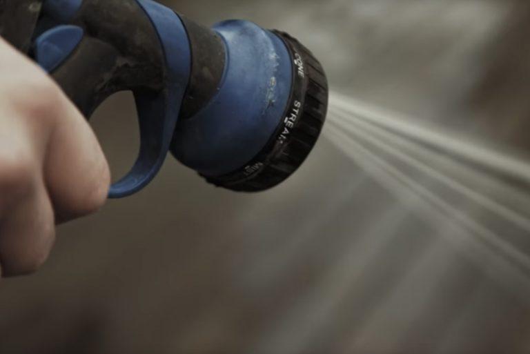 rengör altan genom tvätt med trädgårdsslang