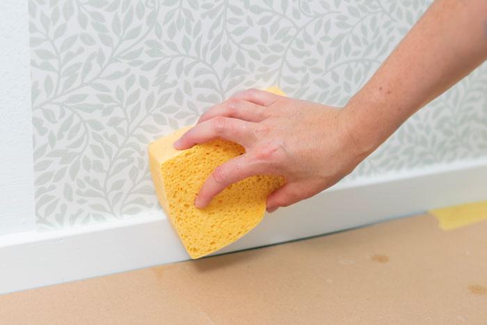 Tvätta tapet med svamp