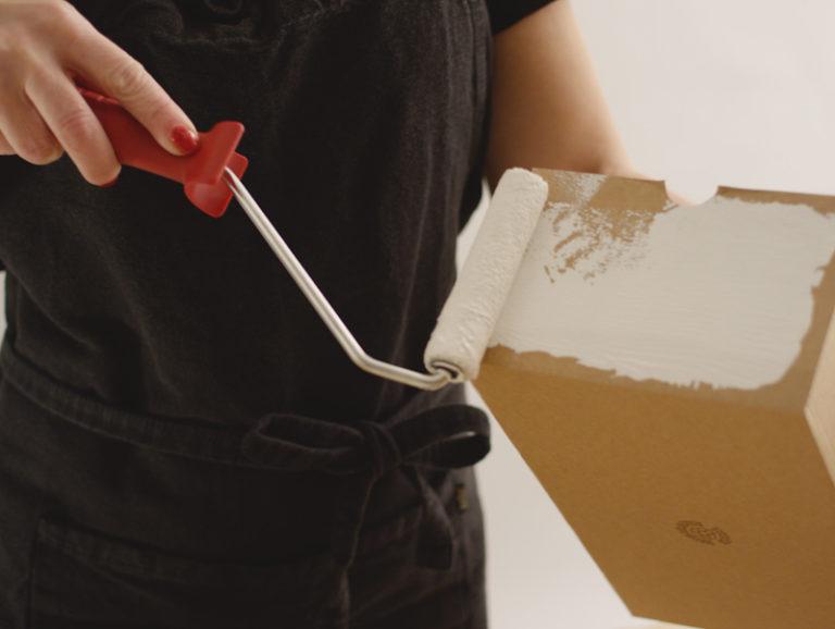 grundmåla i vitt på kartong till julklapp