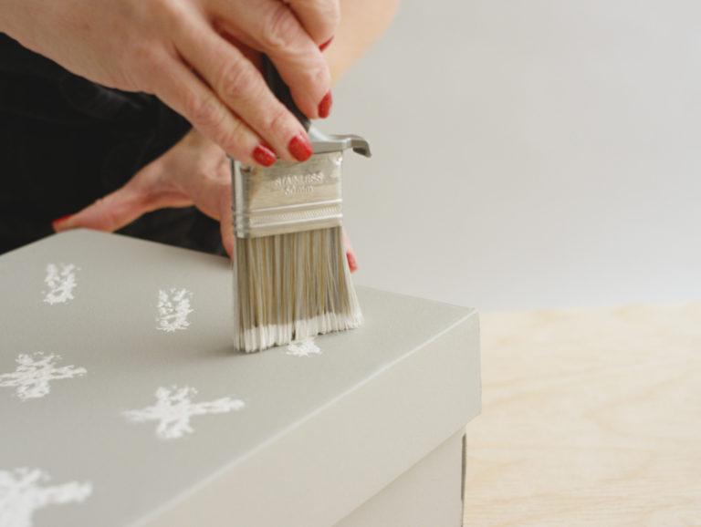 måla mönster på kartong till julklapp