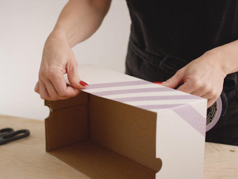 maskera i mönster på kartong till julklapp