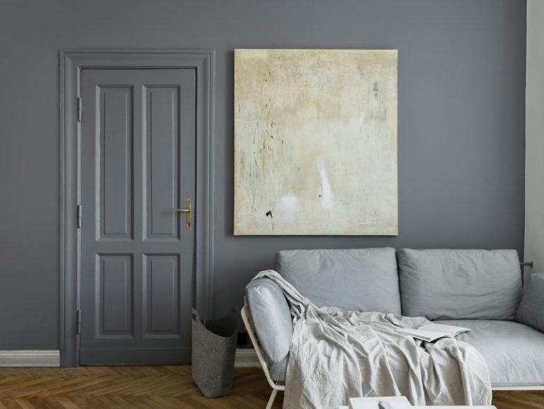 bild på rum med list i samma färg som väggen