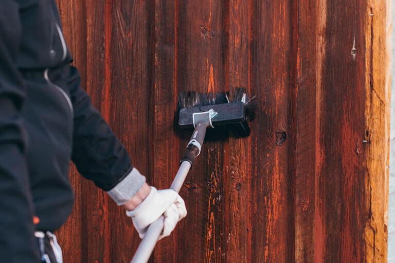 Tvätta fasad med borste