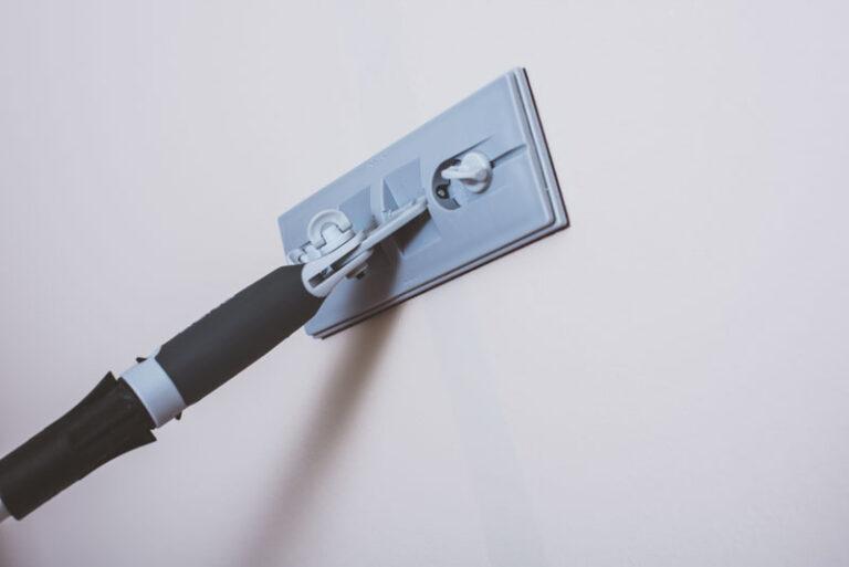 Slipa bort spackel innan måla vägg