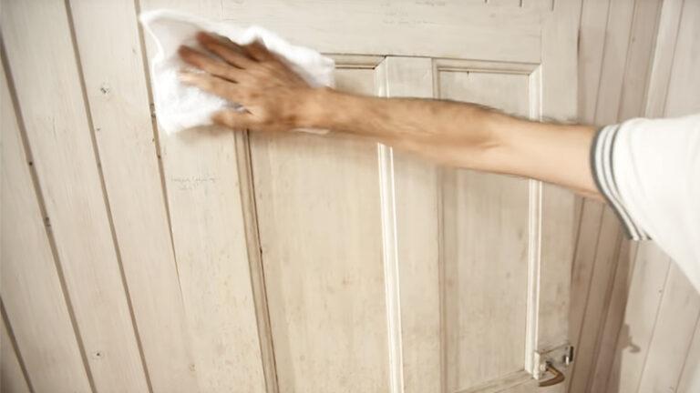 Torkar av dörr innan målning